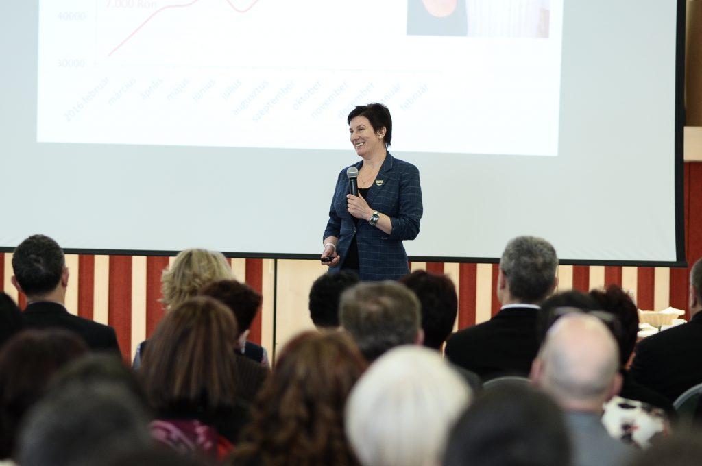 Csibi Margit éppen tanácsait fogalmazza meg az ágvezetői elismerésük után a hallgatóságnak